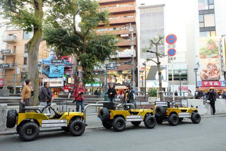大阪アメリカ村で金のミニジープを並べて撮影