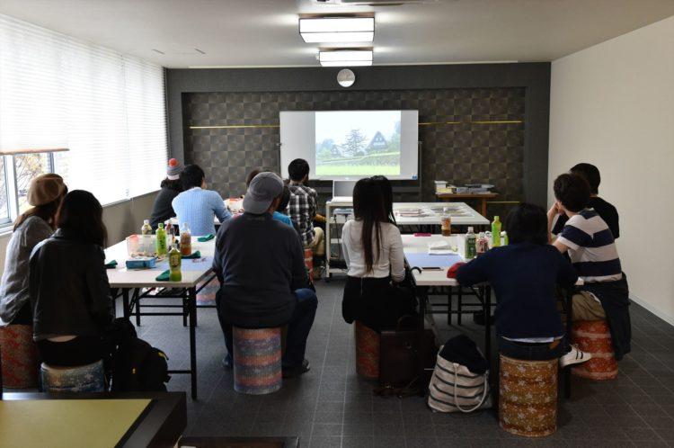和紙の歴史を映像で鑑賞しているところの写真