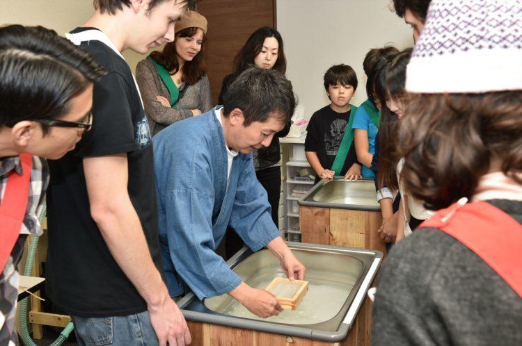 大阪で日本の伝統文化【和紙作り】が体験で
