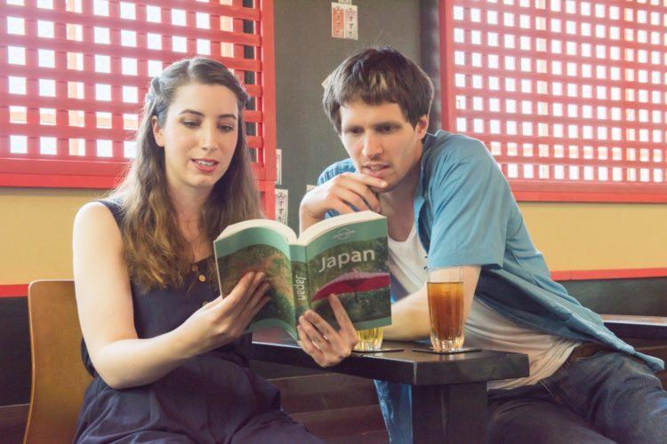 外国人が日本のガイドブックを見る